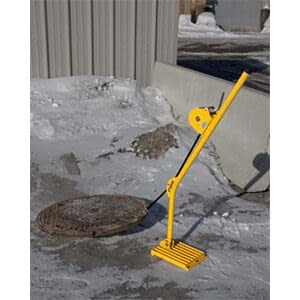 Xtirpa manhole cover lifter in action